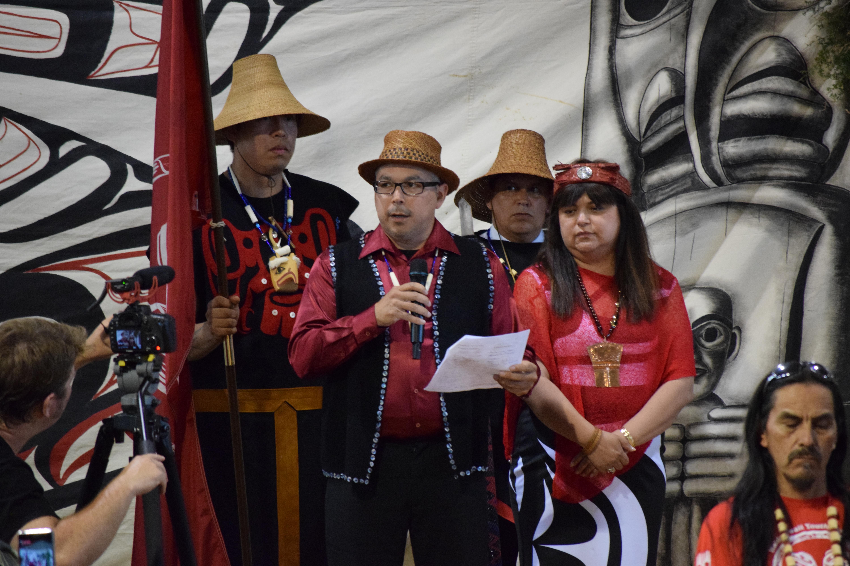 3 kil tlaats 'gaa and Marylin Slett read the treaty